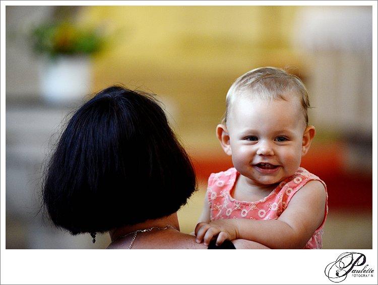 Ein Baby lacht und freut sich bei der kirchlichen Hochzeit in der Kirche in Eisenach.