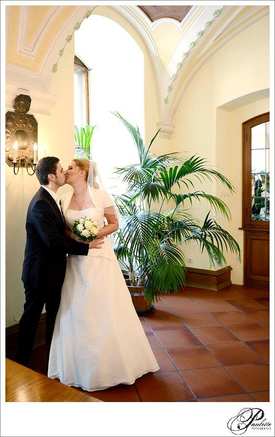 Der erste Kuss als Frischvermählte bei der standesamtlichen Trauung in der Schlosskapelle im Stadtschloss in Fulda.
