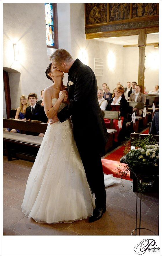 Der erste Kuss als Mann und Frau bei der kirchlichen Hochzeit in Frankfurt am Main.