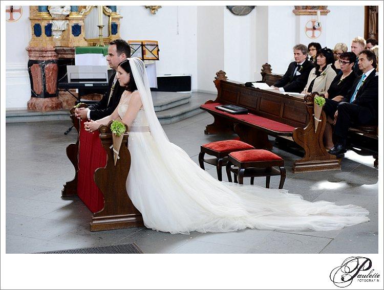 Das Brautpaar kniet in der kirchlichen Hochzeit am Frauenberg in Fulda.