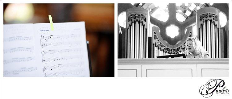Amazing Grace eine Sängerin singt bei der kirchlichen Trauung fotografiert von Paulette Fotografin.