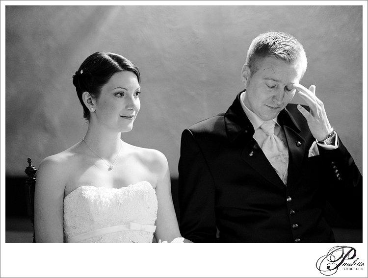 Emotionaler Moment ein Brautpaar weint in der Kirche bei der kirchlichen Trauung vor Freude.