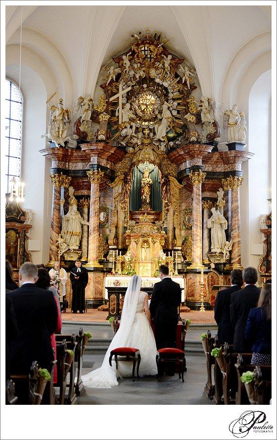 Der schmucke Altar am Frauenberg in Fulda mit Brautpaar bei der kirchlichen Hochzeit.