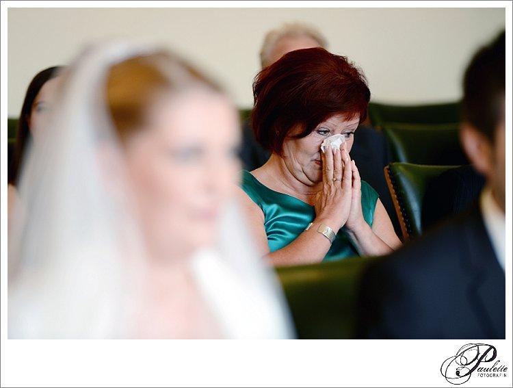 Die Mutter der Braut ist gerührt und putzt sich die Nase weil sie während der standesamtlichen Trauung in Fulda weinen muss.
