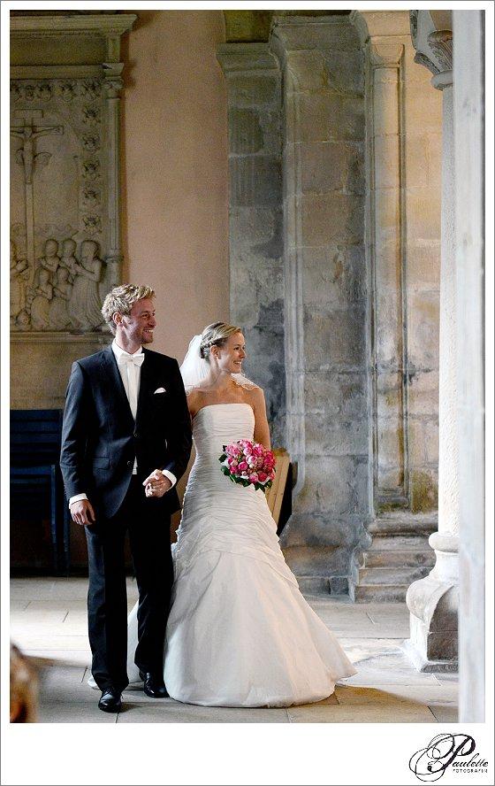 strahlendes schönes Brautpaar beim Auszug aus der Kirche nach der Trauung in Hannover.