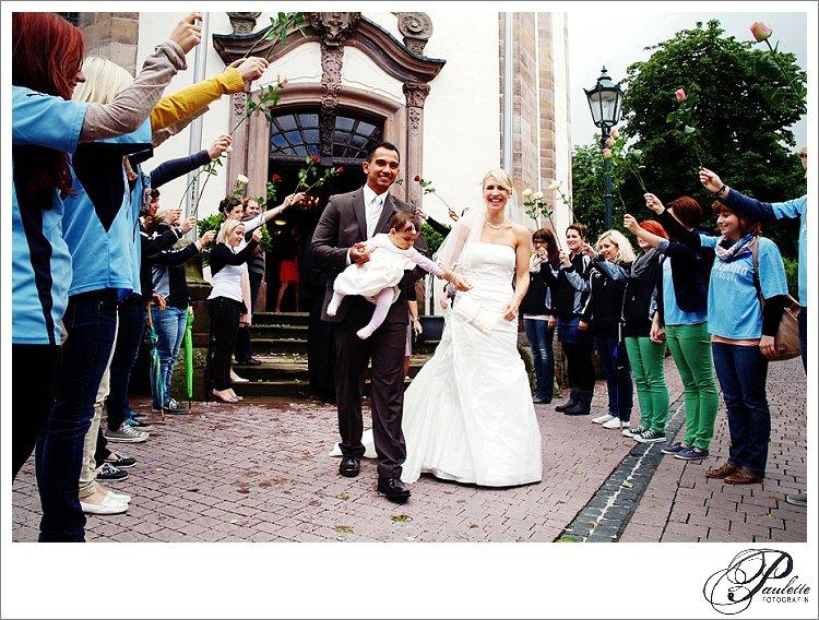 Sportvereinsfreunde stehen Spalier beim Auszug des Brautpaares in Gersfeld bei Fulda.